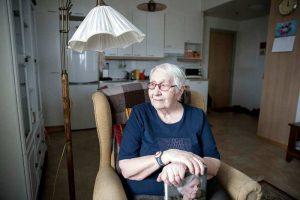 Vaikka ikäihmiset eivät monesti myönnä olevansa yksinäisiä, tuo Isla silti Signen päivään toivottua piristystä. Kuva: Joonas Salli (Kaupallinen yhteistyö Satakunnan Kansan kanssa)