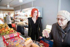Kaverukset käyvät yhdessä muun muassa kaupassa. Tällä kertaa Signen teki mieli pikkuleipiä. Kuva: Joonas Salli (Kaupallinen yhteistyö Satakunnan Kansan kanssa)